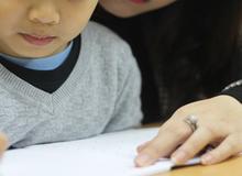 Mẹ Nhật bận cho con đi chơi, mẹ Việt bận luyện con viết chữ đẹp