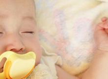 Mẹo hay giúp bố mẹ dỗ bé đang quấy khóc