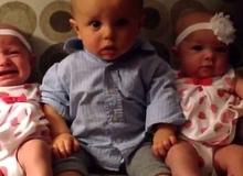 Biểu cảm đáng yêu của bé trai khi nhìn thấy hai em gái sinh đôi