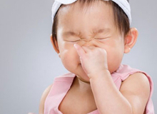 """Mẹ """"cao tay"""" giúp con trị sổ mũi, viêm mũi mùa lạnh"""