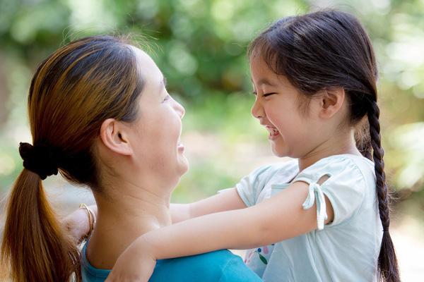 Kết quả hình ảnh cho bé con và mẹ tin tưởng nhay