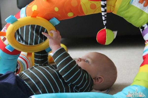 Bài tập vận động cho bé từ 0-3 tháng tuổi 4