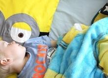 Mẹ may vỏ gối Minion đáng yêu cho bé giấc ngủ ngon