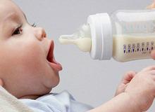 Có nên cho trẻ uống sữa bột nguyên kem