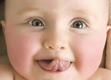 5 hành động kì lạ của bé sơ sinh khiến mẹ bối rối