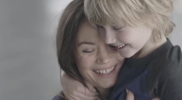Video bịt mắt tìm mẹ khiến nhiều bà mẹ rơi lệ 5