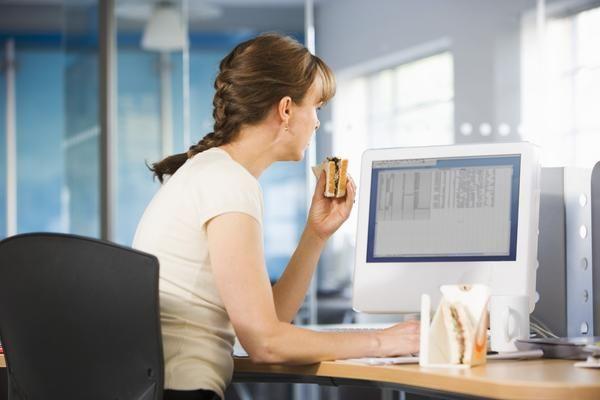 Vì sao không nên ăn trưa tại bàn làm việc - Sức khỏe