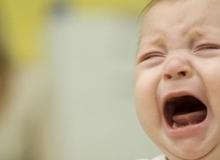 6 bước giúp bố mẹ xoa dịu một em bé đang ăn vạ, mè nheo