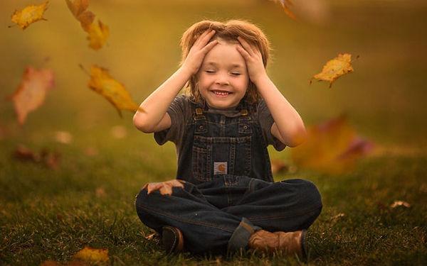 Đẹp ngọt ngào bộ ảnh chơi đùa trong nắng thu mẹ chụp cho con trai - Góc giải trí