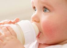 """3 bước vệ sinh bình sữa cho trẻ """"chuẩn không cần chỉnh"""""""