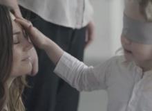 Bịt mắt tìm mẹ - video khiến hàng triệu người xem rơi lệ