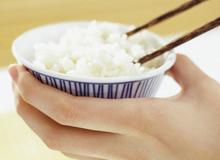 4 sai lầm khi ăn cơm cực có hại nhưng ai cũng mắc