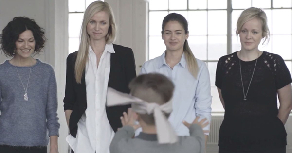 Video bịt mắt tìm mẹ khiến nhiều bà mẹ rơi lệ 1