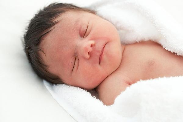 """3 dấu hiệu bé sơ sinh bú mẹ đang phát triển đúng """"chuẩn"""" - 1"""