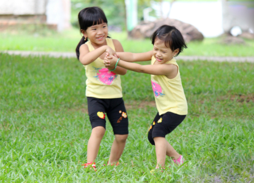 Để giúp con bạn cao lớn, khỏe mạnh hơn, khuyến khích bé chạy bộ mỗi ngày. Bạn cũng có thể chạy cùng với bé để bé cảm thấy không nhàm chán và mệt mỏi khi chạy.