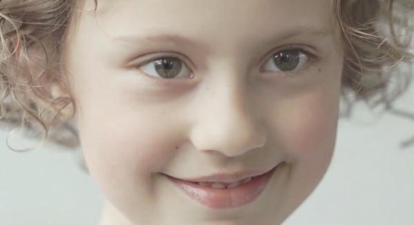 Video bịt mắt tìm mẹ khiến nhiều bà mẹ rơi lệ