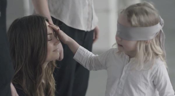 Video bịt mắt tìm mẹ khiến nhiều bà mẹ rơi lệ 3