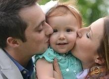 Những việc nhỏ xíu bố mẹ cần làm để con biết mình được yêu thương