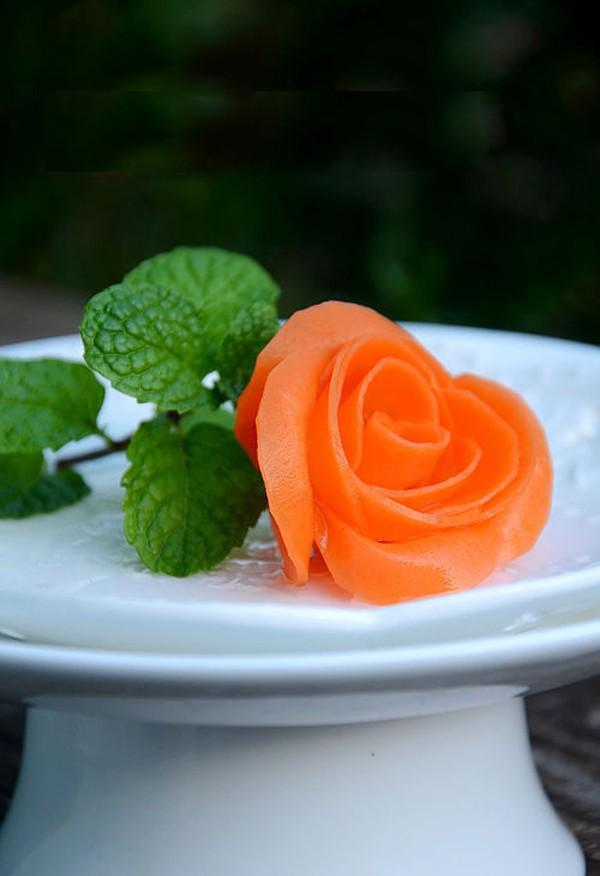 Cắt tỉa cà rốt thành hoa hồng rực rỡ đẹp mắt 1