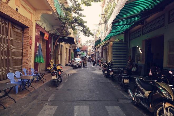 Đường Phú Định dài 65m (quận 5) nằm giữa đường Nguyễn Án và Lương Nhữ Học. Anh cũng gợi ý món bánh xèo ở đầu đường Phú Định rất ngon và giá cả phải chăng.