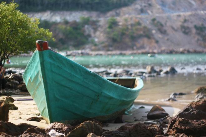 Khung cảnh bãi Mến như được thêm phần ấn tượng với những con thuyền nằm im lìm trên bãi biển. Những con thuyền hoang tàn như ăn sâu vào bờ cát, cùng với đá và nước tạo nên một bức tranh thiên nhiên hoang sơ.