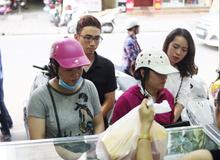 Hà Nội: Chen chân xếp hàng mua bánh trung thu cổ truyền để cúng ngày đầu tháng