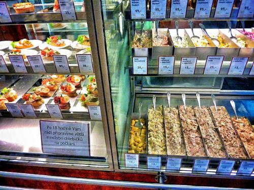 Thưởng thức các món ăn truyền thống: Bạn đang đói bụng nhưng những nhà hàng đông đúc không phải là lựa chọn hay ngay lúc này? Hãy ghé thăm deli - một dạng cửa hàng địa phương bán thức ăn ngon. Nơi đây phục vụ các món ăn đặc trưng của Prague như cá, salad và bánh nho. Không cần vội vã, bạn có thể thoải mái ăn uống theo sở thích của mình.