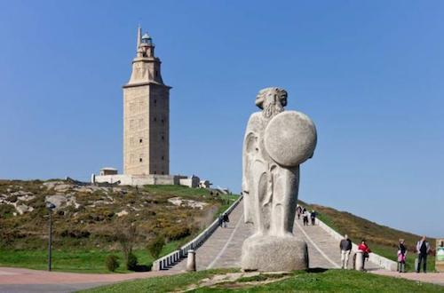 Tháp Hercules và tượng vua Breogán. Ảnh: Ancient Origins.