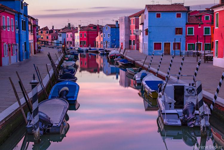 Những ngôi nhà nhỏ đủ màu sắc từ xanh, vàng, da cam chói lóa, hay màu trắng giản dị dọc theo kênh in bóng xuống mặt nước là điểm thu hút ấn tượng khiến du khách chẳng thể nào quên khi đặt chân tới Burano. Ảnh: Irene Becker