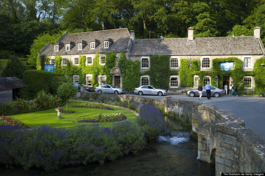 Du khách đến Bibury có thể nghỉ ngơi trong hai khách sạn nằm ngay bên trong ngôi làng với kiến trúc độc đáo, cũng được xây bằng đá và có bề dày lịch sử kéo dài hàng trăm năm. Ảnh: Huffingtonpost.com
