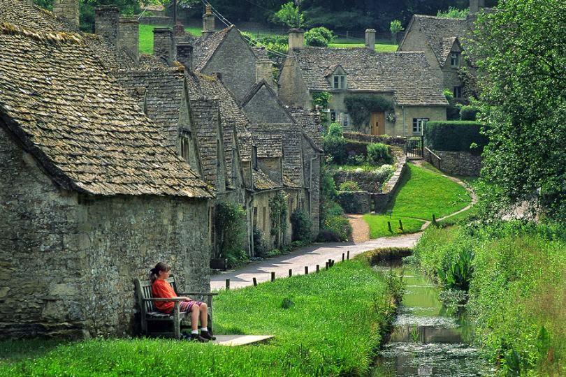 """Được nhà văn, nghệ sỹ thế kỉ 19 William Morris ca ngợi là """"ngôi làng đẹp nhất của nước Anh"""", Bibury là một địa điểm đáng ghé thăm đối với những người mê chụp ảnh. Giao thông kết nối các thành phố lớn với Bibury không được thuận tiện nhưng vẫn đủ để níu chân du khách tới ngôi làng xinh đẹp này. Ảnh: Decoratingideas.eu"""