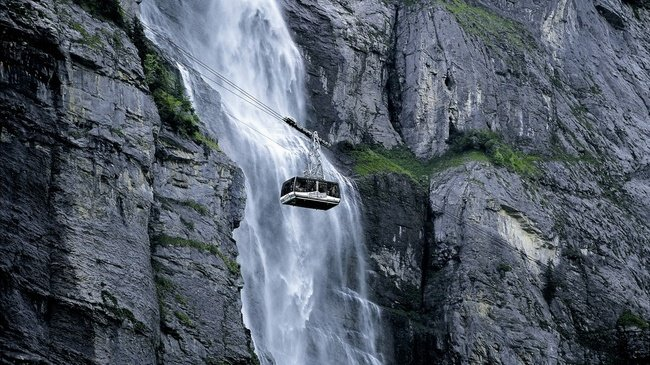 Đi cáp ngắm thác ở thung lũng Lauterbrunnen - Ảnh: myswitzerland