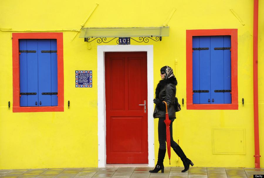 Một du khách sành điệu dạo bước ở Burano. Ảnh: Huffingtonpost.com
