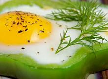 Trứng ốp la ớt chuông cho bữa sáng vội vã