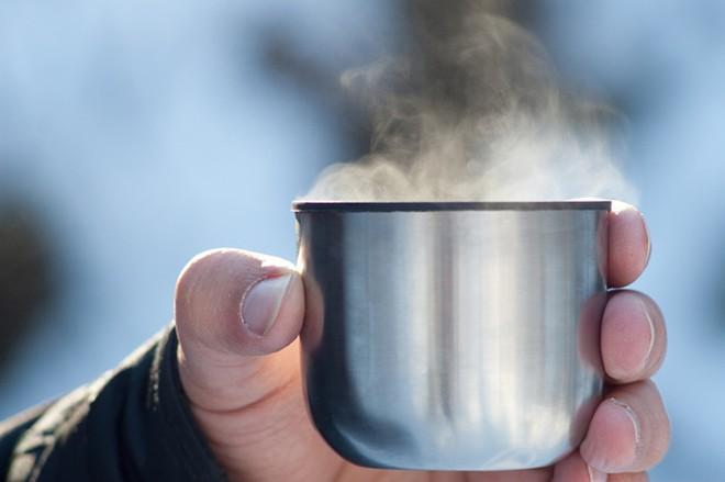 <strong>Uống nhiều nước:</strong> Ngay cả khi không đổ mồ hôi, thời tiết quá lạnh khiến bạn mất nước nhanh hơn. Những người leo núi giàu kinh nghiệm cho biết nước sẽ giúp bạn nhanh chóng lấy lại được nhiệt lượng cơ thể. Do đó, bạn nên uống nước trước khi ra khỏi nhà và duy trì việc uống nước ấm trong suốt chuyến đi. Ảnh: Nikwax
