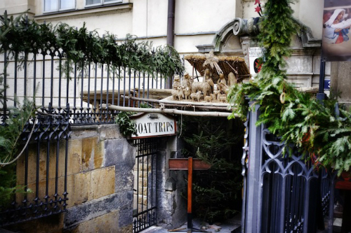 Thưởng thức cà phê và bia: Du khách đã đến Prague thì không thể bỏ qua các quán cà phê hoặc quán bia của thành phố này. Café Slavia là quán cà phê có tuổi đời lớn nhất Prague nằm gần Nhà hát Quốc gia. Nơi đây từng là địa điểm tụ họp của nhiều chính trị gia, nghệ sĩ, nhà văn. Hiện nay, Slavia đã được thiết kế lại theo phong cách Art Deco của thập niên 1930. Bạn hãy tìm một chỗ ngồi, thưởng thức đồ uống và ngắm cảnh sông tuyệt đẹp.