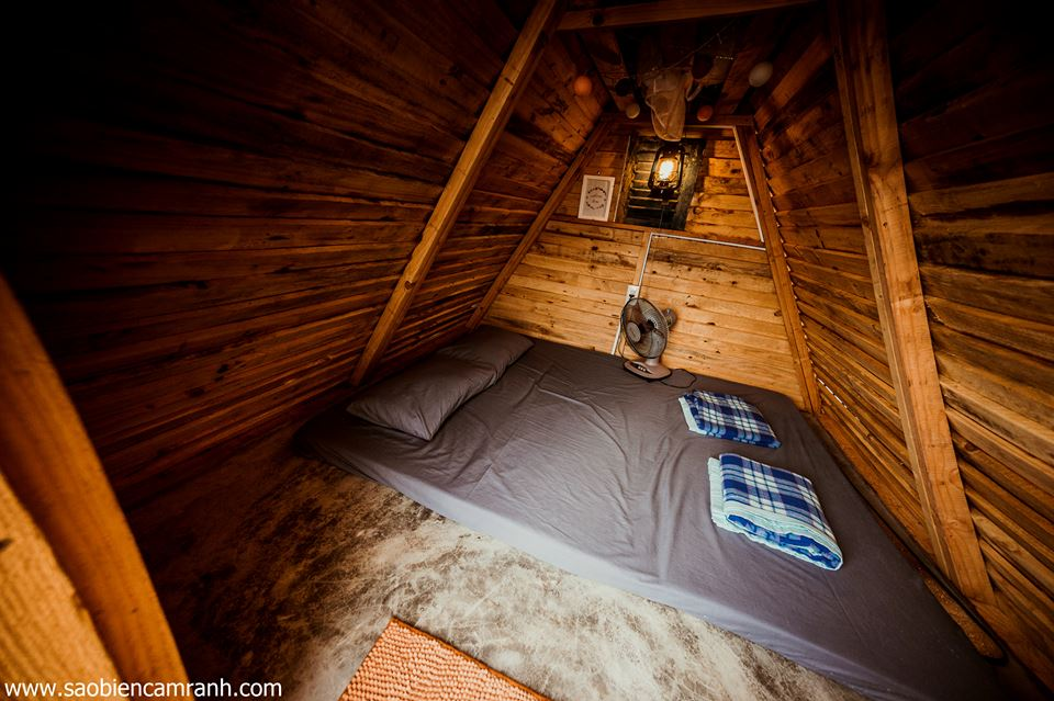 Chòi du mục được làm bằng gỗ, bên trong có nệm ngủ được 2 người, gối, chăn, đèn, quạt, bàn.