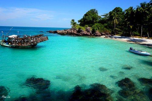 Nước biển trong xanh như ngọc. Ảnh: Phan Lộc