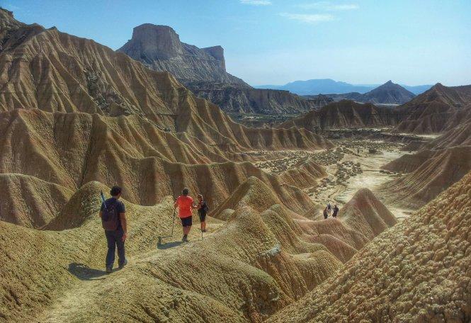 Du khách đến với sa mạc Bardena - Ảnh: lapastora