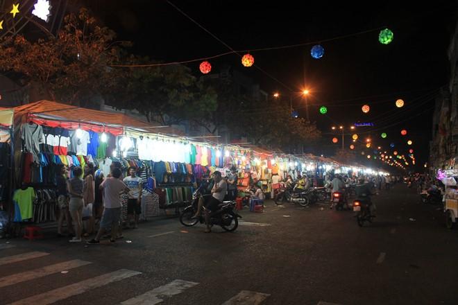 Những con phố ở Bến Ninh Kiều luôn thu hút đông du khách đến tham quan, mua sắm.