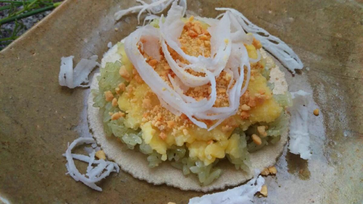 Khi ăn xới xôi lên bánh, cho đậu xanh, muối + đường và đậu phộng cùng dừa nạo lên mặt. Xôi còn ấm khi kết hợp cùng bánh tráng sẽ mềm dẻo và thơm.
