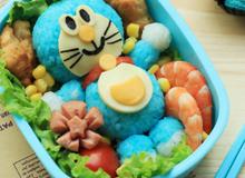 Con sẽ hết biếng ăn khi mẹ làm hộp cơm bento Doraemon siêu đẹp này!
