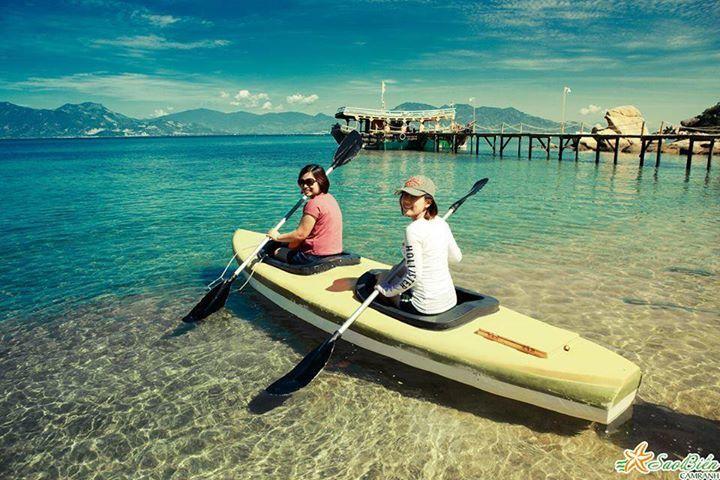 Chèo thuyền Kayak dưới làn nước trong vắt