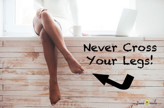Bắt chéo chân rất duyên dáng, đổi lại bạn sẽ gặp một số nguy cơ về sức khỏe