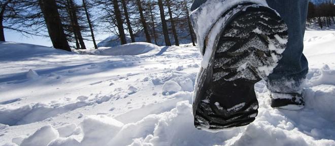 Chọn loại giày thích hợp: Bàn chân là một trong những bộ phận nhạy cảm với nhiệt nhất của cơ thể, giữ ấm chân sẽ giúp bạn cảm thấy ấm áp hơn. Nếu tới vùng có băng tuyết, bạn lại càng cần chú trọng đến đôi giày của mình. Loại giày lý tưởng nhất là loại có khả năng chống nước nhưng vẫn thông thoáng, không quá bí. Giày cần vừa chân, không nên rộng quá. Đồng thời, bạn nên đi tất len thay cho tất từ vải bông. Ảnh: Ski-trek.