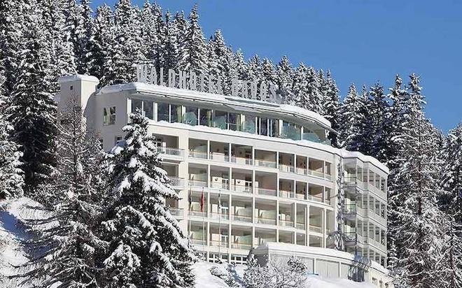 """Waldhotel tuy chỉ là một khách sạn 4 sao nhưng lại được Tổng thư ký Ban Ki-moon lựa chọn để ở lại Davos. Bên trong khách sạn là một trung tâm thương mại, phòng tập thể dục và spa khép kín. Phương châm của khách sạn xuất hiện ở khắp mọi nơi: """"Chất lượng, đam mê và nhiệt tình của quý khách đã biến khách sạn trở thành điểm đến nổi bật nhất Thụy Sĩ. Chúng tôi đảm bảo quý khách đến đây sẽ nhận được những dịch vụ tốt nhất và thoải mái nhất"""". Ảnh: Marcel Giger."""