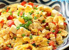 Món ngon cho bé: Trứng xào trứng muối cà chua