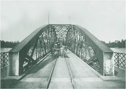 Lúc đầu, cầu có tên là cầu Gành, bởi giữa dòng sông nơi cầu bắc qua có một dãy đá chắn ngang như một cái gành. Ảnh: Tư Liệu.