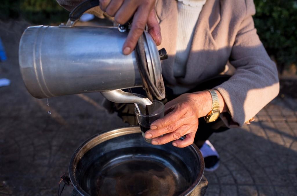 Cà phê được rót lên trên, với mùi thơm hấp dẫn hiếm nơi nào có được.