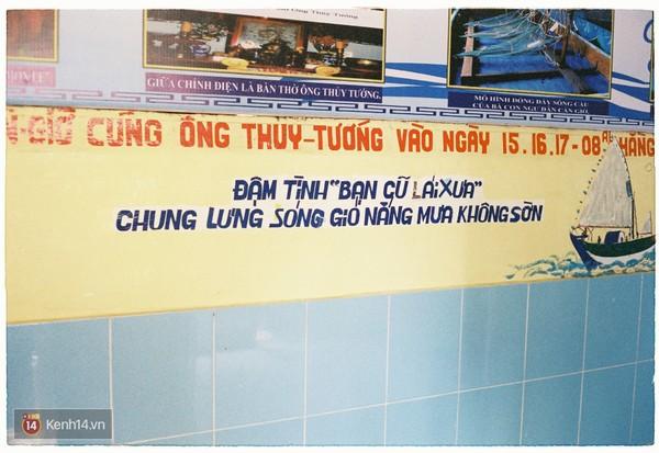 Đọc câu thơ ghi trên tường mới thấy được ước nguyện của những người dân chài nơi đây. Ảnh: Kenh14